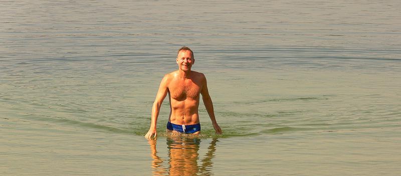 Юри Балабанов плавает в озере